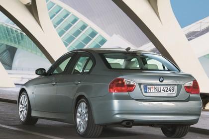 BMW 3er Limousine Aussenansicht Heck schräg statisch grau