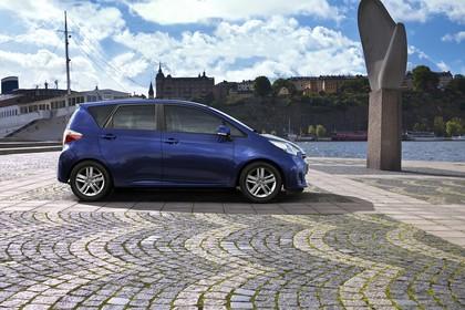 Toyota Verso-S XP12 Aussenansicht Seite statisch blau