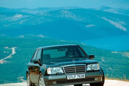 Mercedes E-Klasse Limousine W124 Aussenansicht Front dynamisch schwarz
