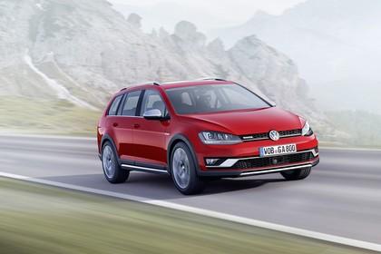 VW Golf 7 Alltrack Variant Aussenansicht Front schräg dynamisch rot