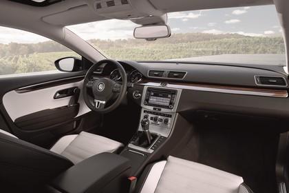 VW CC 3C/35 Facelift Innenansicht statisch Vordersitze und Armaturenbrett beifahrerseitig