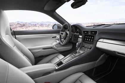 Porsche 911 Carrera Cabriolet 991.2 Innenansicht statisch Vordersitze und Armaturenbrett beifahrerseitig