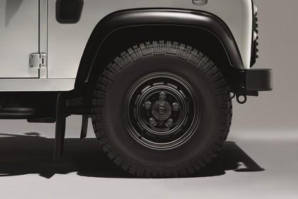 Land Rover Defender Dreitürer Studio Detail Aussenansicht Kotflügel statisch weiß