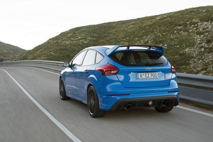 Ford Focus RS DYB-RS Aussenansicht Heck schräg dynamisch blau