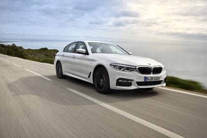 BMW 5er G30 M Performance Parts Aussenansicht Front schräg dynamisch weiss