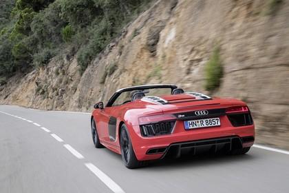 Audi R8 Spyder Aussenansicht Heck dynamisch rot