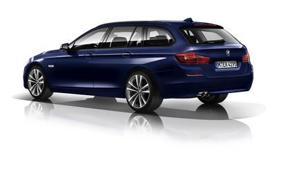 BMW 5er Touring F11 Aussenansicht Heck schräg Studio statisch blau