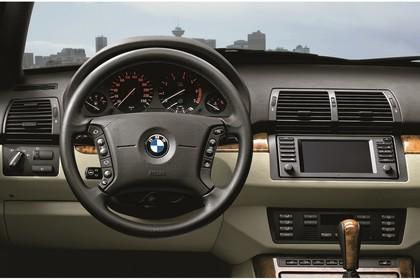 BMW X5 E53 LCI Innenansicht statisch Lenkrad und Armaturenbrett fahrerseitig