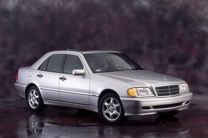 Mercedes-Benz C-Klasse Limousine W202 Aussenansicht Front schräg statisch Studio silber