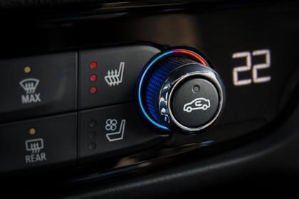 Opel Insignia B Sports Tourer Innenansicht Detail Klimabedienung statisch schwarz