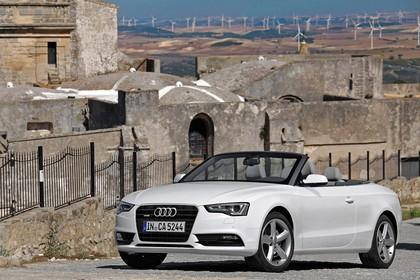 Audi A5 Cabrio Facelift Aussenansicht Front schräg statisch weiss