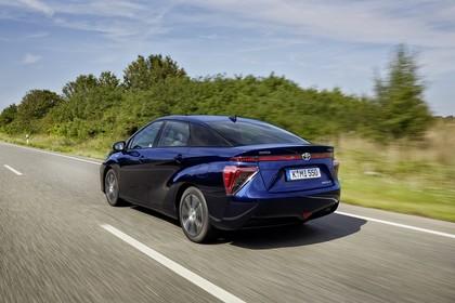 Toyota Mirai Aussenansicht Heck schräg dynamisch blau