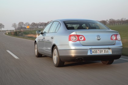 VW Passat Limousine B6 Aussenansicht Heck schräg dynamisch silber