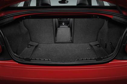 BMW 2er Coupe F22 Innenansicht Kofferraum statisch rot