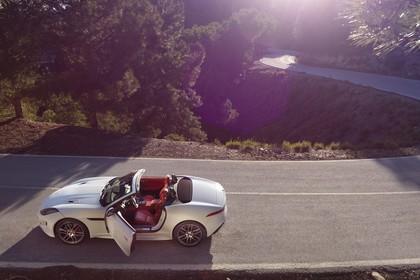 Jaguar F-Type AWD R Cabriolet QQ6 Aussenansicht Seite erhöht statisch weiss