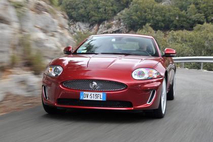 Jaguar XK Coupé X150 Aussenansicht Front dynamisch rot