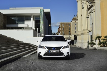 Lexus CT 200h Aussenansicht Front statisch weiss