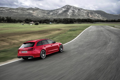 Audi RS6 Avant C7 Aussenansicht Heck schräg erhöht dynamisch rot