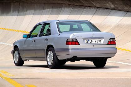 Mercedes E-Klasse Limousine W124 Aussenansicht Heck schräg statisch silber