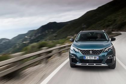 Peugeot 5008 SUV Aussenansicht Front dynamisch grün