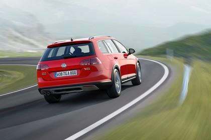 VW Golf 7 Alltrack Variant Aussenansicht Heck schräg dynamisch rot
