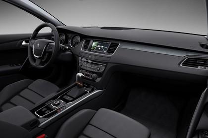 Peugeot 508 Kombi 8 Innenansicht statisch Studio Vordersitze und Armaturenbrett beifahrerseitig