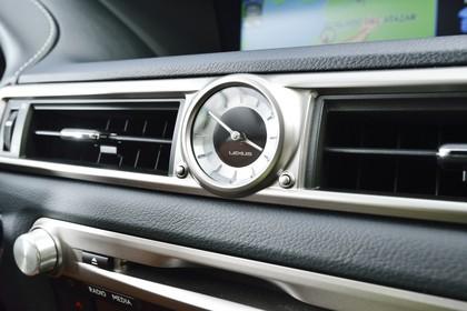 Lexus GS L10 Innenansicht statisch Detail Uhr