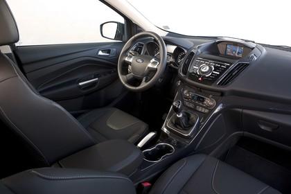 Ford Kuga DM3 Innenansicht studio Vordersitze und Armaturenbrett beifahrerseitig