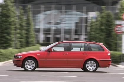 BMW 3er Touring E46 LCI Aussenansicht Seite dynamisch rot
