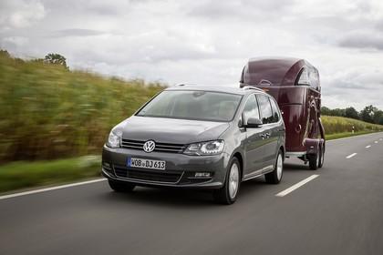 VW Sharan Aussenansicht Front schräg mit Hänger dynamisch grau