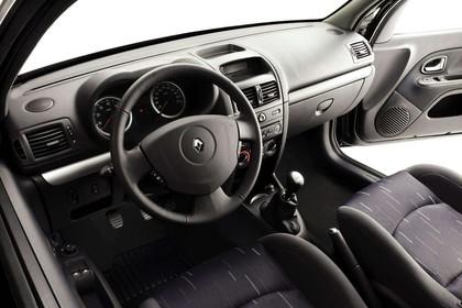 Renault Clio B Facelift Fünftürer Innenansicht statisch Studio Vordersitze und Armaturenbrett fahrerseitig