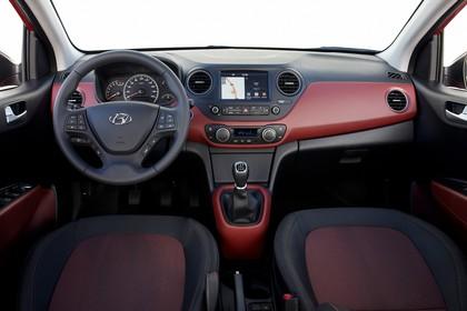 Hyundai i10 IA Innenansicht Studio Detail statisch schwarz rot Rückbank