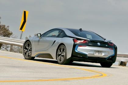 BMW i8 Aussenansicht Heck schräg dynamisch silber