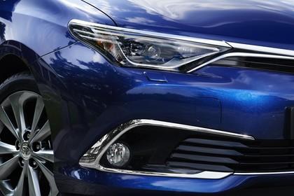 Toyota Auris Touring Sports E18 Aussenansicht Front schräg statisch Detail Scheinwerfer und Nebelscheinwerfer