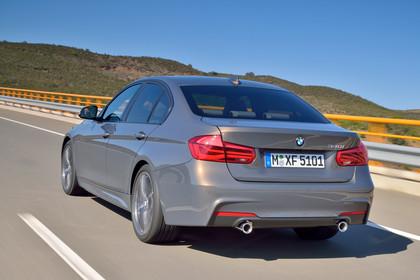 BMW 3er Limousine F30 Aussenansicht Heck seitlich dynamisch bronze