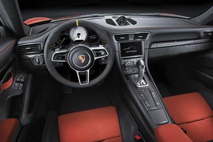 Porsche 911 GT3 RS 991.2 Innenansicht statisch Studio Vordersitze und Armaturenbrett fahrerseitig