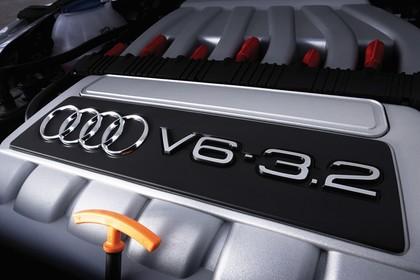 Audi TT 8N Innenansicht Detail Motor statisch silber