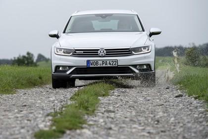 VW Passat B8 Alltrack Aussenansicht Front dynamisch weiss