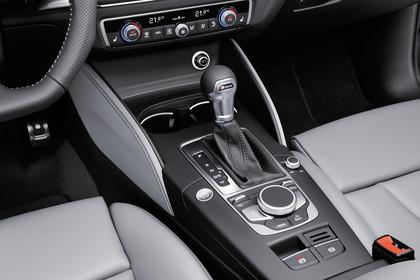 Audi A3 8V Cabrio Innenansicht Detail Mittelkonsole statisch grau