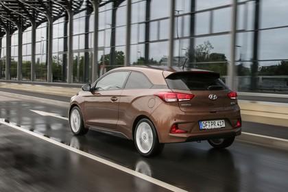 Hyundai i20 Coupe GB Aussenaussicht Heck schräg dynamisch braun