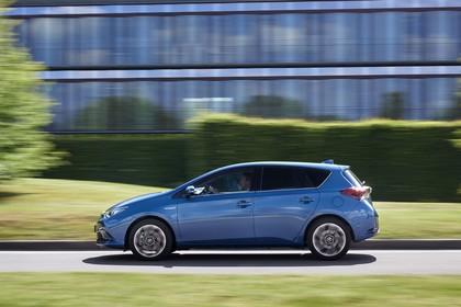 Toyota Auris Hybrid Schrägheck E18 Aussenansicht Seite dynamisch blau