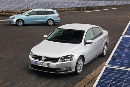 VW Passat Variant Limousine B7 Aussenansicht Seite Front schräg statisch blau silber