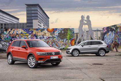 VW Tiguan 2 Aussenansicht 2 Stück Seite statisch rot und grau