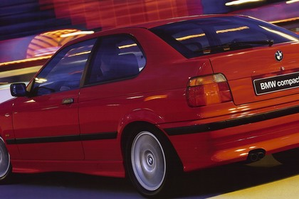 BMW 3er Compact E36 Aussenansicht Heck schräg dynamisch rot