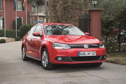 VW Jetta 6 Hybrid Aussenansicht Front schräg statisch rot
