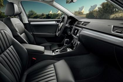 Skoda Superb Combi 3V Innenansicht Vordersitze und Armaturenbrett beifahrerseitig statisch