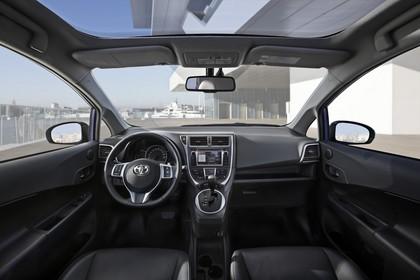 Toyota Verso-S XP12 Innenansicht statisch Vordersitze und Armaturenbrett
