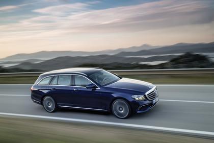 Mercedes W213 T-Model Aussenansicht Front schräg dynamisch blau