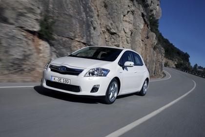 Toyota Auris Hybrid E15 Aussenansicht Front schräg dynamisch weiss