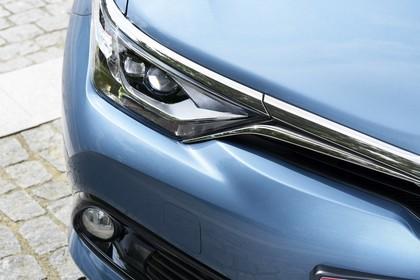 Toyota Auris Hybrid Schrägheck E18 Aussenansicht Front statisch Detail Scheinwerfer und Nebelscheinwerfer rechts blau